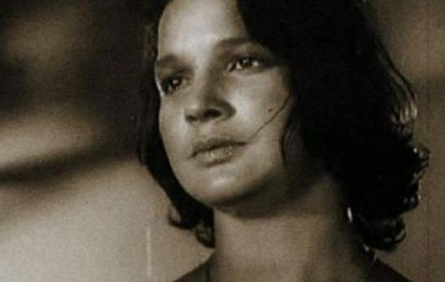 Инна, у которой в щели в полу застрял каблук, выбежать не успела. В последний момент она, как истинная женщина и актриса, закрыла руками лицо.