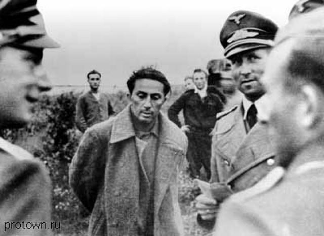 В 41-м ушел на фронт добровольцем. Батарея Якова попала в окружение. Контуженным, без сознания он оказался в плену. Немцы пытались склонить его к сотрудничеству, но согласия не получили.