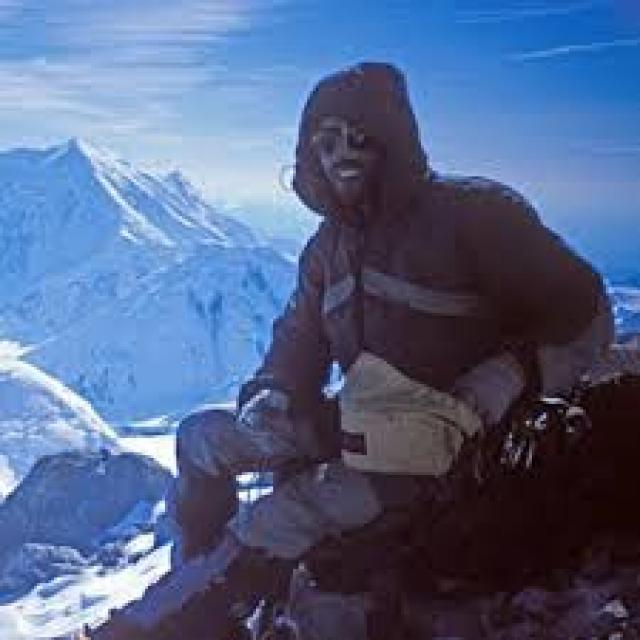 В июне 1992 года Колби Кумбс и двое его друзей покоряли 5304-метровую гору Форакер, Аляска. Они были застигнуты врасплох горной лавиной, которая буквально поймала их в ловушку. В живых остался только лишь сам Колби.