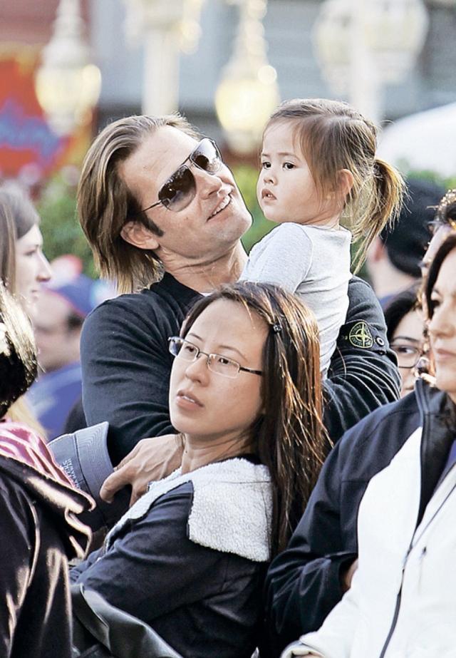 В 2009 году у пары родилась дочь Ява Кумала Холлоуэй.