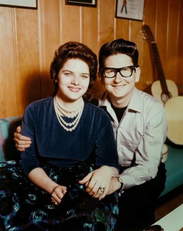 Рой Орбисон. Один из известнейших в мире музыкантов был очень успешен в профессии, но с таким же упрямством, как и удача, за ним по пятам следовали трагедии. Сначала ему изменила жена, Клодетт Фрейди. Они помирились, но в 1966 году она погибла в ДТП.