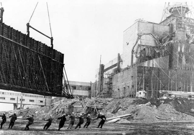 Единой версии причин аварии, с которой было бы согласно все экспертное сообщество специалистов в области реакторной физики и техники, до сих пор не существует.