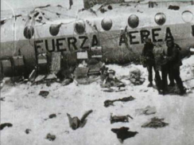Все 16 оставшихся в живых пассажиров были спасены благодаря отваге двух игроков .