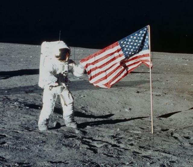 """Сторонники """"лунного заговора"""" полагают, что эта рябь возникла из-за порыва ветра, что в безвоздушном пространстве на поверхности Луны невозможно."""