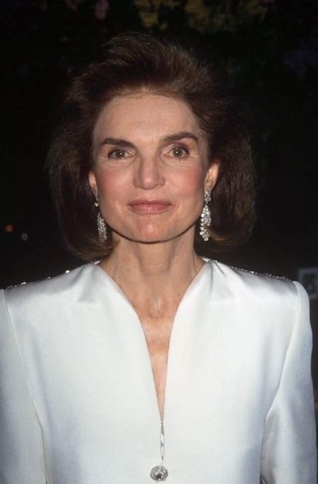 После всех событий Жаклин вернулась в США и попыталась найти работу. Некоторое время была редактором, затем занималась благотворительностью. А в январе 1994 года у Жаклин нашли лимфому - говорят, она много курила. Через четыре месяца, в мае, Кеннеди-Онассис скончалась в возрасте 64 лет.