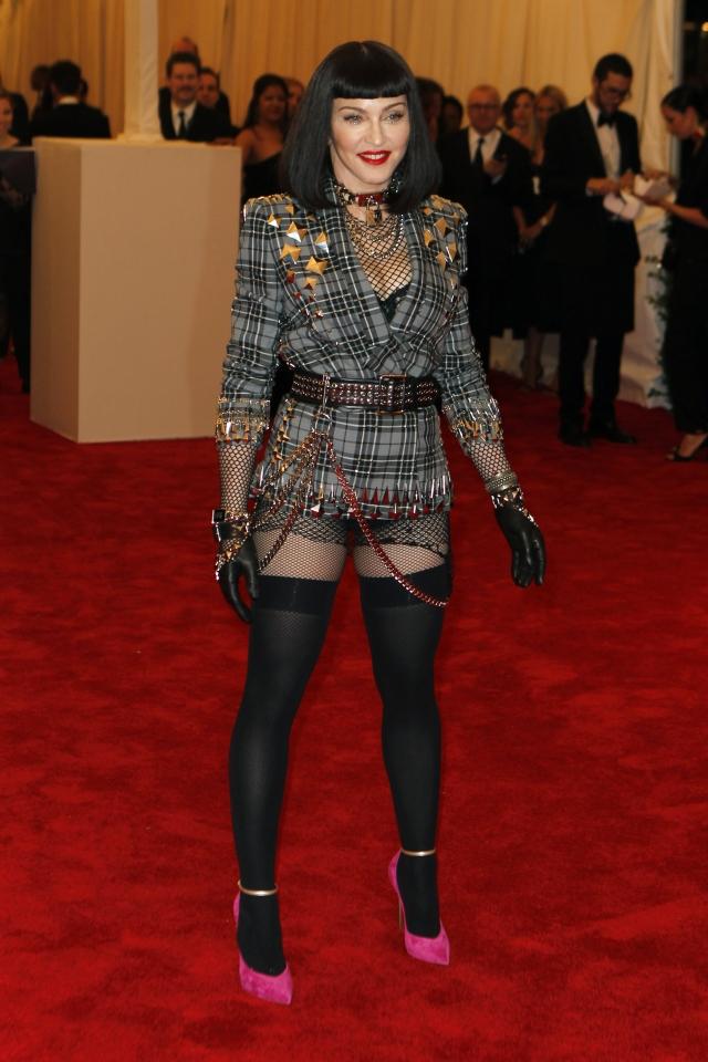 "Мадонна. Певица на Met Gala 2013 продемонстрировала наряд из разряда ""короче некуда""."