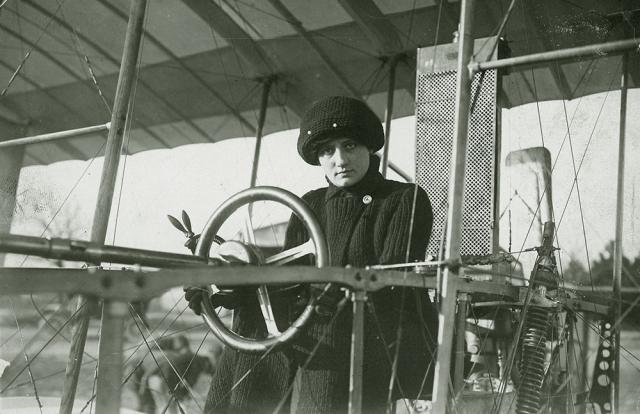 8 марта 1910 года баронесса Раймон де Ларош проходит квалификационные летные испытания и становится первой в мире женщиной, получившей пилотское свидетельство.