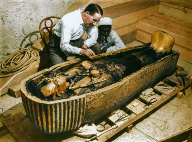 Кстати, главный осквернитель Говард Картер после вскрытия гробницы еще лет десять работал в Долине царей. Скончался он в 65 лет в 1939 году.