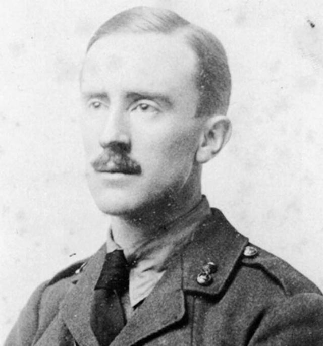 В 1915 году Толкин с отличием закончил университет и пошел служить лейтенантом в полк Ланкаширских стрелков, вскоре был призван на фронт и участвовал в Первой мировой войне.