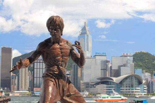 Неподвластная уму смерть в возрасте 32-х лет, в самом расцвете славы, стала трагедией для близких и друзей Брюса, для всего Гонконга и Китая. Ли стал настоящим феноменом, источником бесконечного цитирования, стал вдохновителем для людей в самых разных сферах деятельности. И навсегда изменил мир. Памятник Брюсу Ли в Гонконге