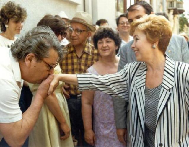 """Зарубежная пресса называла Раису Горбачеву """"посланником мира"""", при этом часто внимание акцентировалось на ее активной поддержке политического курса, намеченного мужем."""