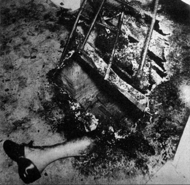 Мэри дремала в кресле, которое тоже сгорело до пружин. Больше ничего огонь не тронул, даже газеты, лежавшие рядом. На стенах и потолке не нашли следов копоти, запах дыма еле ощущался.