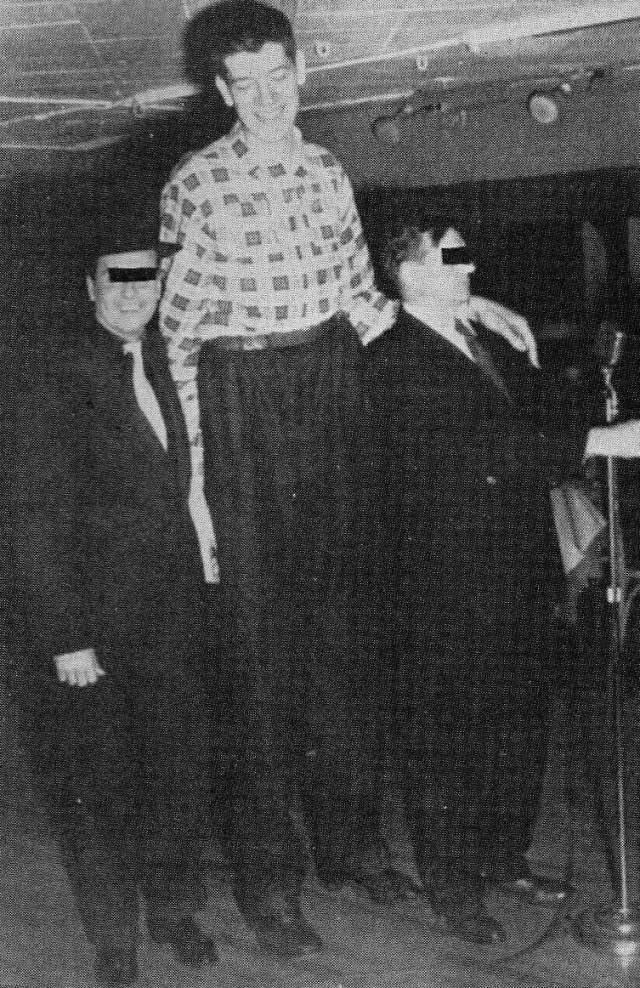Джон Кэрролл, 1932-1969, США. Рост 2,63 метра. Помимо гигантизма, американец Джон Кэрролл страдал сильнейшим искривлением позвоночника, что мешало измерить его полный рост. Стоя, из-за того, что он не мог выпрямиться, в высоту Джон был 239 сантиметра. Но каким-то способом медики установили, что рост бедняги – 2 метра 63 сантиметра. О семье и детях великана ничего не известно.