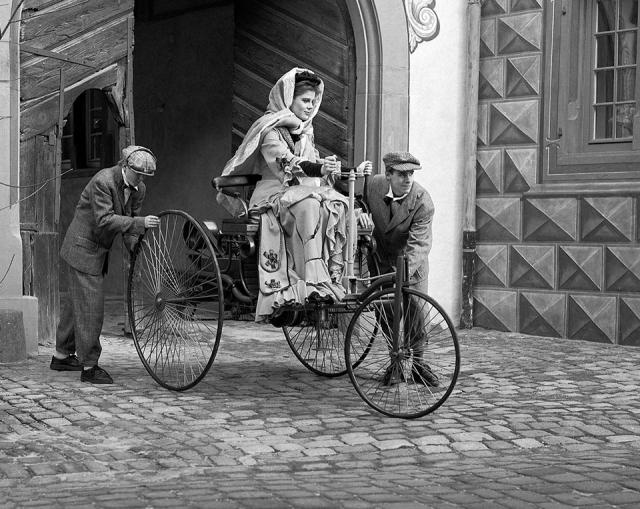 5 августа 1888 года Берта Бенц взяла без ведома мужа автомобиль и совершила на нем поездку с сыновьями из Мангейма в Пфорцгейм. За день автомобилисты преодолели в общей сложности 106 км. По пути они несколько раз покупали бензин, чинили тормоза и приводные ремни.