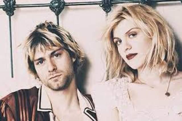 Курт Кобейн С будущей супругой Курт познакомился в 1990 году на концерте в одном из клубов Портленда, где оба выступали в составлю своих групп. Сама Кортни утверждала, что заприметила Курта еще в 1989 году на концерте Nirvana, но тогда Кобейн не обратил на нее никакого внимания.