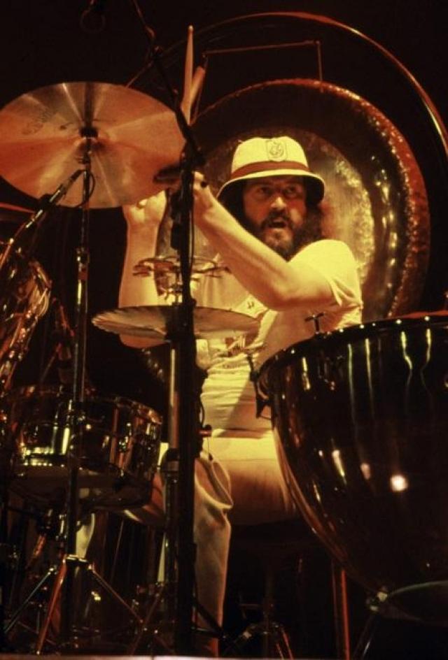 """Джон Бонем. """"Лучшим лекарством от головной боли или нервов для меня является репетиция Led Zeppelin"""".  Легендарный Бонзо, барабанщик группы Led Zeppelin, которого называли лучшим рок-барабанщиком всех времен, умер 25 сентября 1980 года от чрезмерного употребления наркотических и алкогольных средств. Захлебнулся во сне в собственных рвотных массах."""