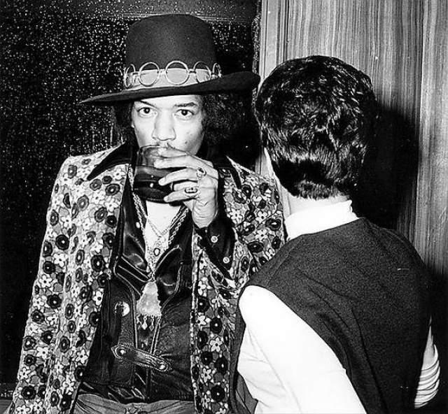 Джими Хендрикс. Передозировка барбитуратами в Samarkand Hotel. 18 сентября 1970 года гитарист-виртуоз после отравления некачественным алкоголем. В тот же вечер он принял снотворные и амфетамин, поэтому, когда его начало тошнить, он даже не проснулся... Никогда.