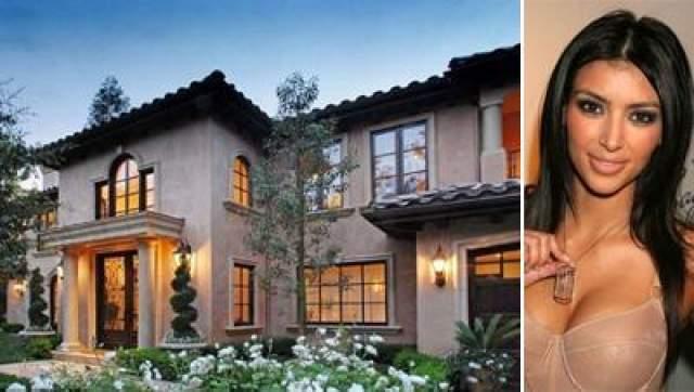 Ким Кардашьян Стоимость особняка составляет $5 млн, вилла располагается в Беверли Хиллз. В распоряжении Ким и ее семьи ванные комнаты и 5 спален, медиа-зал, спав, водопад, бассейн, комплекс для барбекю.