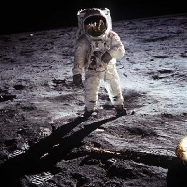 Чтобы создать новую официальную видеоверсию посадки на Луне, НАСА пришлось разыскивать кадры, траслировавшиеся телевизионными станциями во всем мире и воссоздать из в цифровой форме.