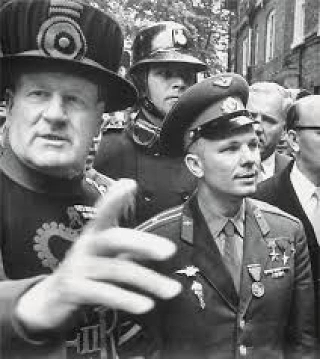 В Англии он совершил визит к английской королеве, где произошел занятный инцидент. На торжественном приеме советского летчика смутило изобилие приборов - ложечек, вилочек и специальных щипчиков, с которыми обращаться он не умел.