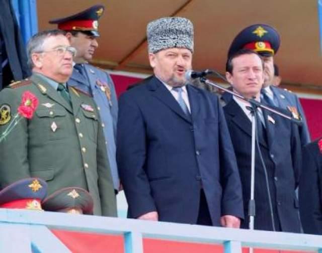 С поздравительной речью выступил Ахмата Кадыров, затем начался праздничный концерт. В 10:32 прогремел взрыв. На стадионе началась паника, место взрыва заволокло дымом, на стадион выехали автомобили охраны.