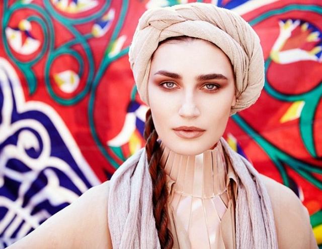 В 2002 году ее заметил знаменитый фотограф Стивен Мейзел. После съемок для итальянского Vogue Женю заметили и стали приглашать на модные показы.