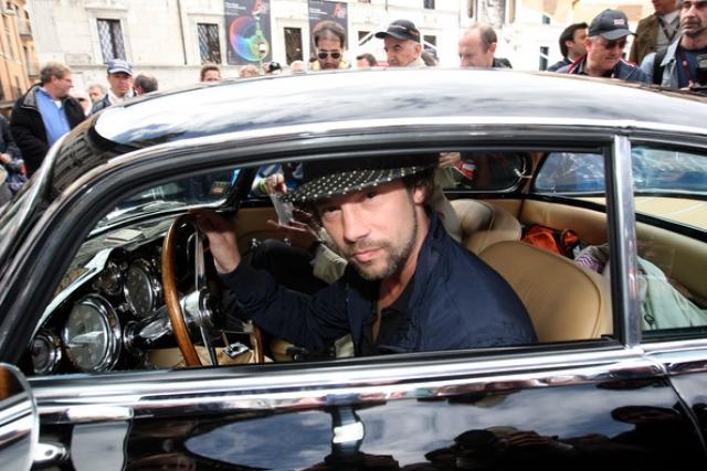 Джамирокуай (Джей Кей). Стычка музыканта с папfрацци буквально вошла в историю. В конце 90-х Джей Кей появился на премьере фильма в своем эпатажном автомобиле со свитой из десятка человек.