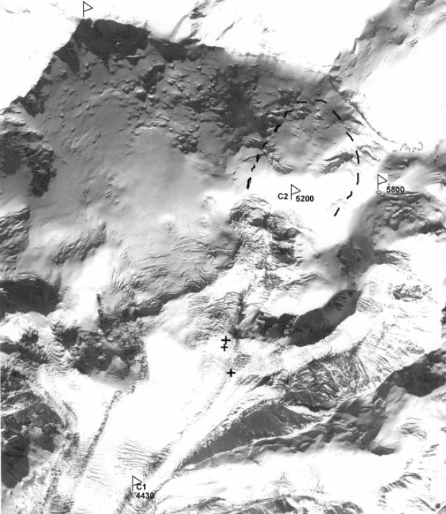 """Они остановились на ночлег чуть ниже """"сковородки"""" и увидели обвал со стороны. Свидетелями также были еще многие альпинисты, которые ночевали чуть выше – в 10-20 минутах ходьбы на марене под Раздельной."""