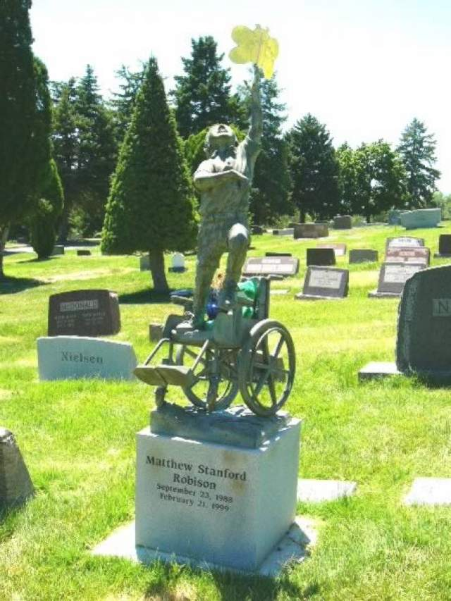 А этот уникальный памятник изображает мальчика, который всю жизнь был привязан к инвалидному креслу. Скульптура - символ освобождения от земного бремени.