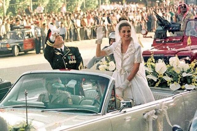 Прическа королевы Рании была такой высокой, что невеста с трудом садилась в машины. Принц Абдулла был в парадном офицерском мундире, украшенном многочисленными наградами и ножнами с церемониальным мечом.