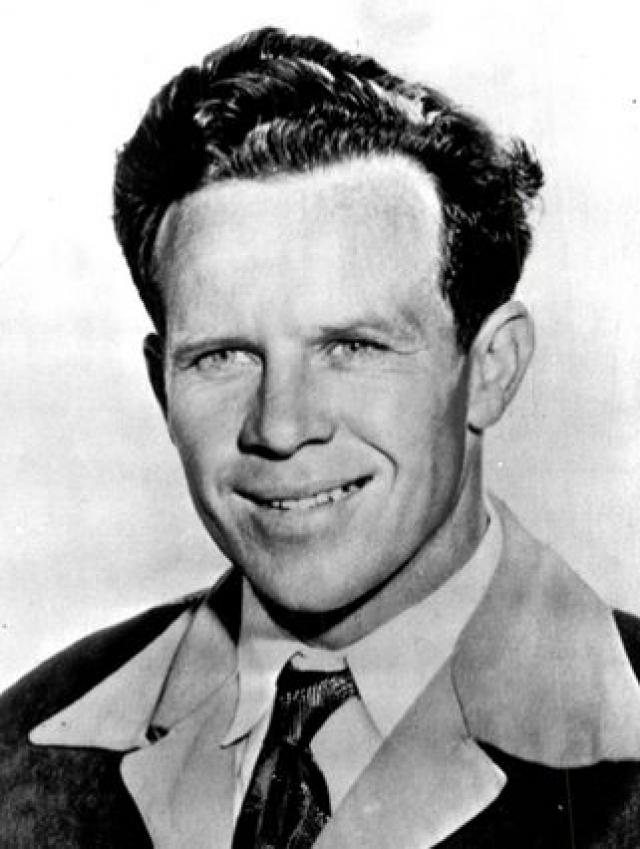 В двадцать лет Джеймс едва сводил концы с концами, работая младшим клерком в похоронной конторе. К осени 1941 года он устроился работать на авиастроительный завод.