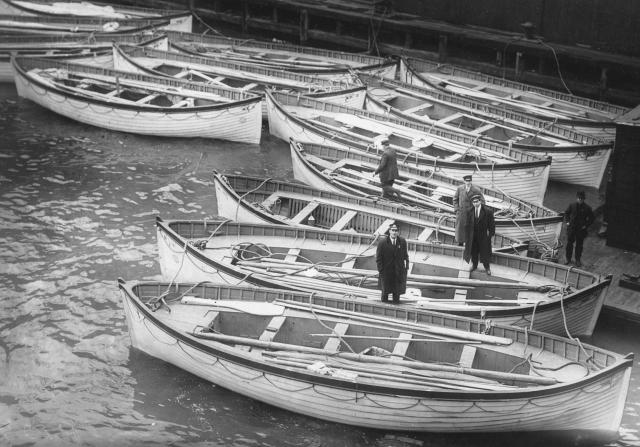 Архивы ВМФ Великобритании подтверждают, что на Титанике шлюпок по какой-то причине было в два раза меньше чем нужно, и капитан еще до столкновения знал - на всех пассажиров мест в них не хватит.