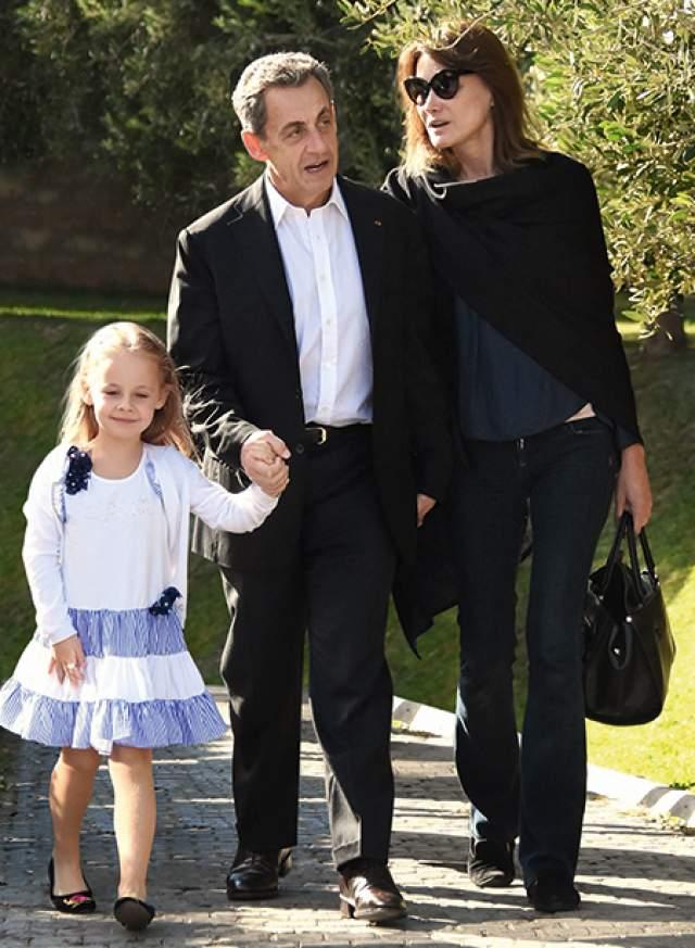 У бывшего французского лидера и певицы есть общая дочь, Джулия Саркози. У Бруни также есть сын от первого брака, а у Николя еще трое сыновей от предыдущих жен.