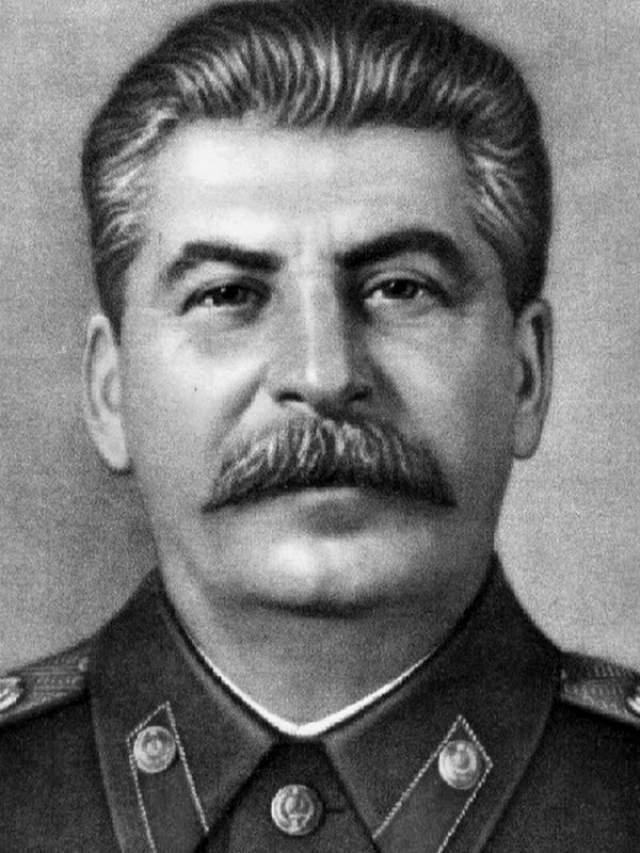 """Даже после того, как Сталину исполнилось 70 лет, публичное обсуждение его здоровья и прогнозы, что станет со страной после ухода, в СССР были абсолютно невозможны. Мысль, что мы когда-нибудь останемся """"без него"""", считалась кощунственной. Впервые о болезни Сталина народу сообщили за день до его смерти, когда он уже давно был без сознания."""