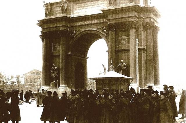На Петербургской стороне толпа достигала 20 тыс. человек. Люди шли плотной массой, взявшись за руки. Дорогу им перегородил Павловский полк. Солдаты начали стрелять. Было произведено три залпа. Толпа дрогнула и отхлынула назад. На снегу остались лежать убитые и раненые.