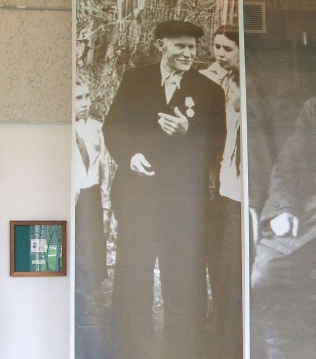 В ночь с 9 на 10 июля Ленин перебрался в Разлив под видом косца. Он поселился у рабочего Сестрорецкого оружейного завода Н. А. Емельянова , жившего в то лето из-за ремонта дома в сарае, приспособленном для жилья.