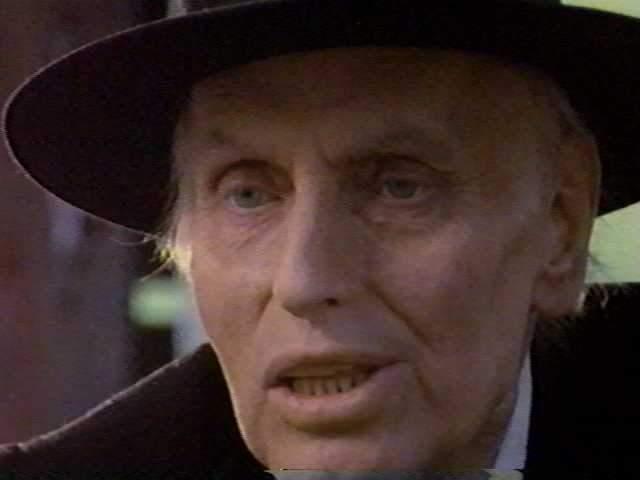 Джулиан Бек, сыгравший в фильме колдуна, так и не сумел получить свой гонорар – он таинственным образом исчез. Говорили, что перед этим он часто просыпался среди ночи с криками ужаса.