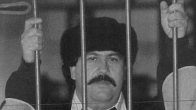 Во время своего «заключения» Пабло Эскобар продолжал руководить многомиллиардным кокаиновым бизнесом. Однажды он узнал о том, что его компаньоны по кокаиновому картелю, воспользовавшись его отсутствием, обокрали его. Он тут же приказал своим людям доставить их в «Ла Катедраль». Он лично подвергал их жестоким пыткам, просверливая своим жертвам колени и вырывая ногти, а потом приказал своим людям убить их и вывезти трупы за пределы тюрьмы. Известно, что одно из двух убийств Эскобар совершил собственноручно.