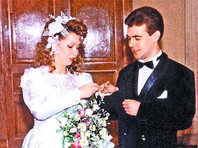 Пара начала встречаться уже в седьмом классе средней школы, а поженились лишь 24 декабря 1993 года. Их сын Илья Медведев родился 3 августа 1995 года.