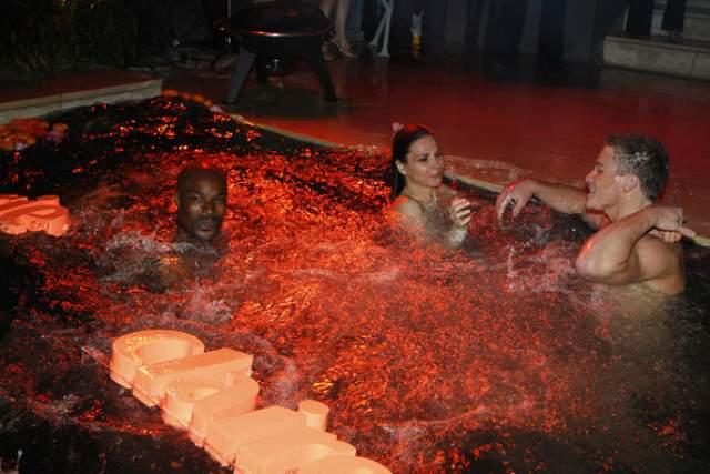 """Модель и судья телешоу """"Сделай меня супер-моделью"""" Тайсон Бекфорд и дизайнер Тали Джатали расслабляются в бассейне на вечеринке Fashion Marie Claire."""