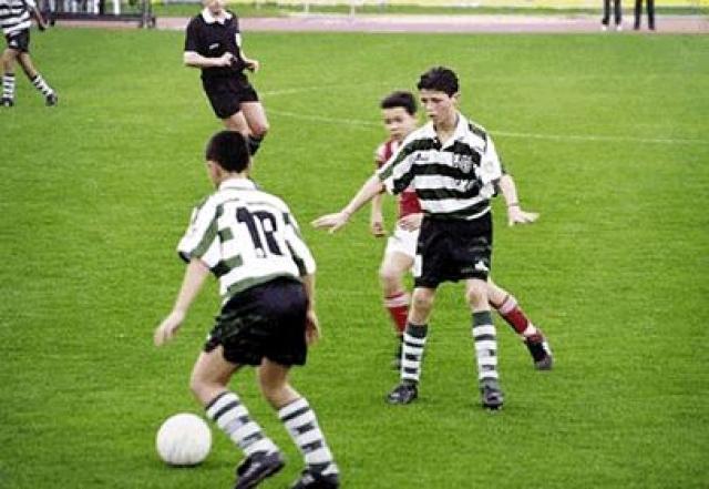"""В 2002 году тренер """"Спортинга"""" выпускает на поле своего юного новичка. Серьезный вызов. Но Роналду справился прекрасно: два гола за его первую в жизни серьезную игру не только подарили ему дебют, о котором мечтает каждый футболист, но и любовь огромного количества фанатов."""