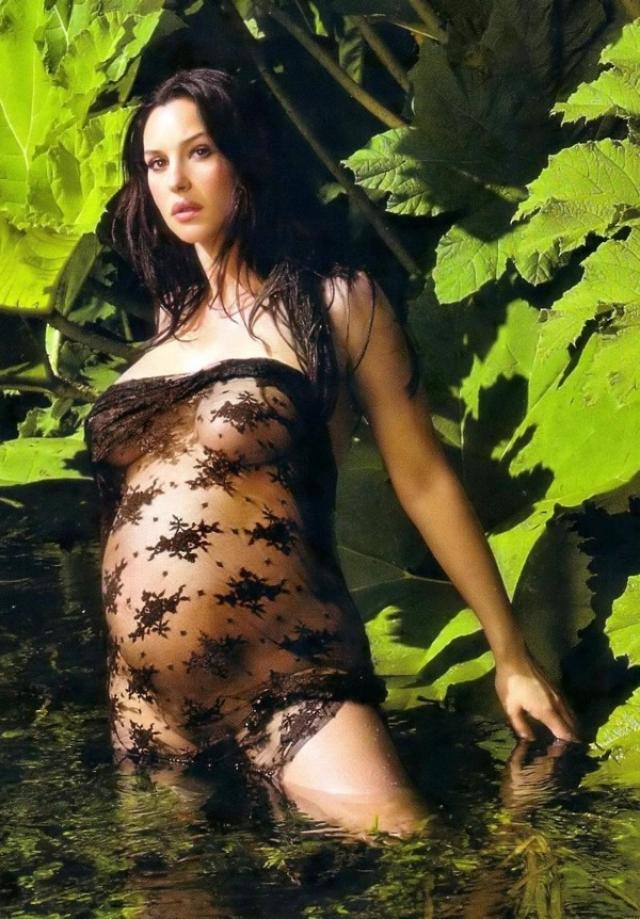 В 2004 Моника предстала практически полностью обнаженной.