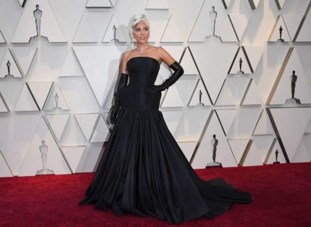 Леди Гага в Alexander McQueen. Единственное, чего не поняли модники в этом типичном для Гаги наряде - это перчатки.