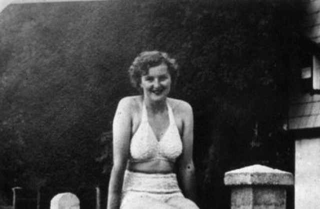 С 7 марта 1945 года она находилась вместе с Гитлером в фюрербункере в Берлине. Бракосочетание фюрера и Евы состоялось 29 апреля 1945 года, свидетелями на свадьбе были Мартин Борман и Йозеф Геббельс.