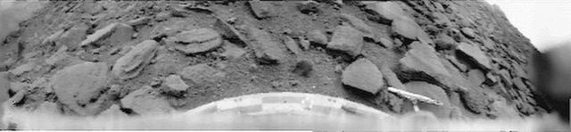 """Панорама, переданная 22 октября 1975 года аппаратом """"Венера-9"""" с поверхности планеты."""