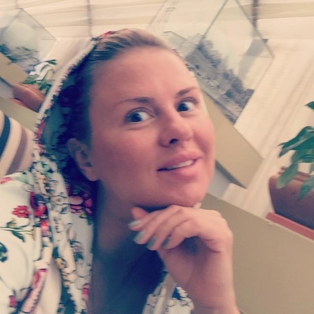 Анна Семенович. А вот фото певицы без макияжа вызывают неоднозначную реакцию, многим поклонникам кажется, что в таком виде Анна похожа на деревенскую простушку.
