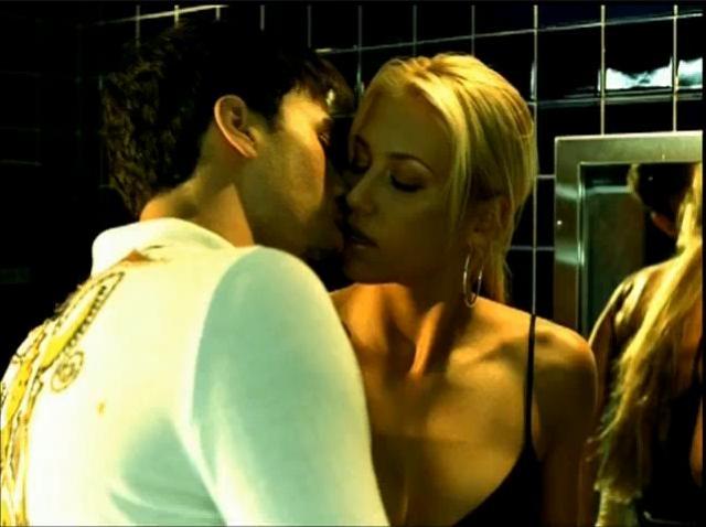 Говорят, отношения Анны с Энрике Иглесиасом начались со скандала. В клипе певца, Энрике по ходу действия должен был страстно поцеловать блондинку, но отказался это сделать.