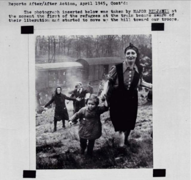 Еврейские заключенные в момент их освобождения из лагеря. 1945 год.