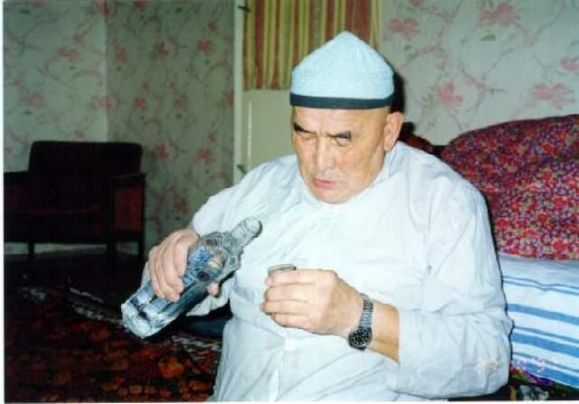 Вначале «сеансы» проходили в бесконечных туманных монологах о жизни, ведущих к распитию водки, которую Абай называл «чистой энергией». А чудеса, по утверждению Борубаева, можно было увидеть в доме Мирзы, в киргизском городке Беруни, куда они действительно отправились все вместе.