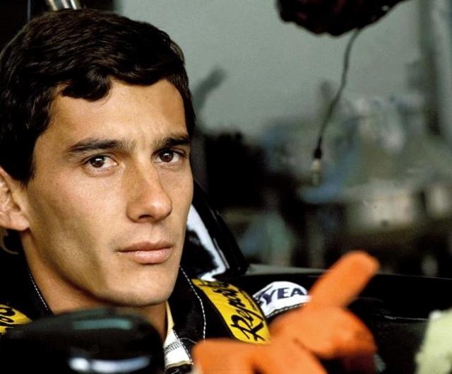 Айртон Сенна (автогонщик, 34 года). За свою карьеру Сенна успел стать трехкратным чемпионом мира.В день гонки он как ни в чем не бывало сел за руль.